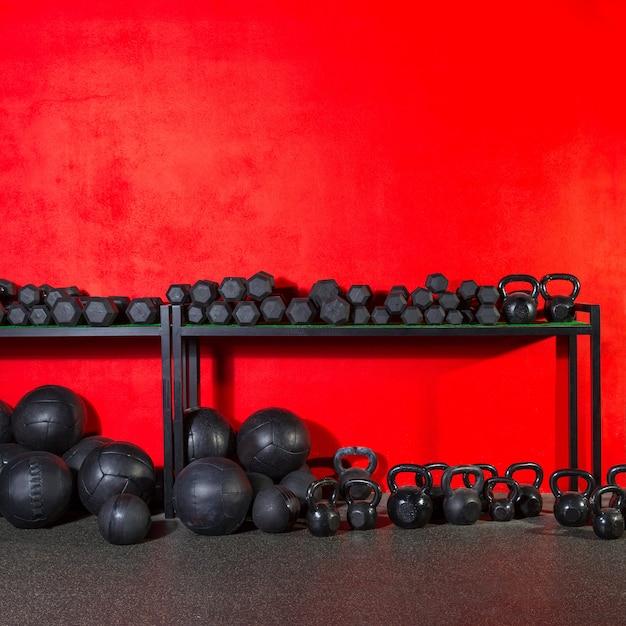 Kettlebell haltère et balles pondérées à la gym Photo Premium