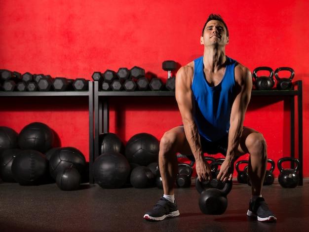 Kettlebell séance d'entraînement homme au gymnase Photo Premium