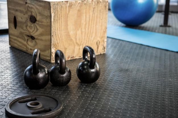 Kettlebells et bloc de bois à la salle de gym crossfit Photo Premium