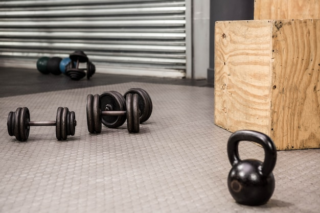 Kettlebells et haltères à la salle de gym crossfit Photo Premium