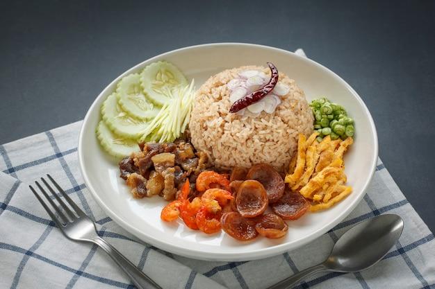 Khao Kluk Kapi, Cuisine Thaïlandaise, Riz à La Pâte De Crevettes à L'échalote, Poivron Rôti, Concombre, Mangue, Porc Caramélisé, Crevettes Séchées, Saucisse, Omelette Et Haricots D'un Mètre Photo Premium
