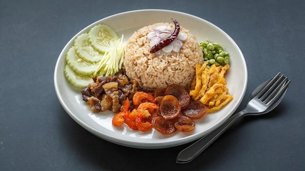 Khao Kluk Kapi, Cuisine Thaïlandaise, Riz à La Pâte De Crevettes Photo Premium