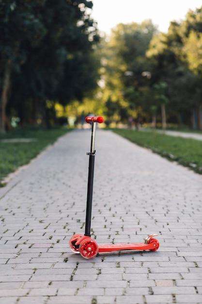 Kick trottinette sur passerelle dans le parc Photo gratuit