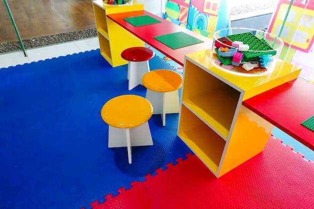 Kid chambre d'enfants. pour apprendre et jouer à un jeu amusant à la maternelle. Photo Premium