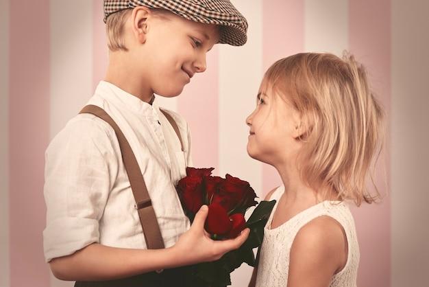 Kid Couple Debout Face à Face Photo gratuit