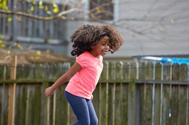 Kid Enfant En Bas âge Sauter Sur Un Terrain De Jeu Photo Premium