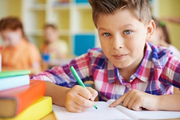 Kid faire ses devoirs Photo gratuit
