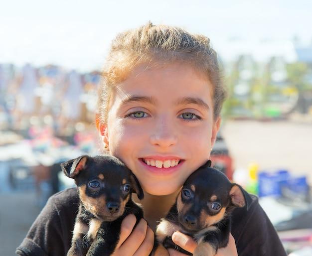 Kid fille jouant avec des chiots souriant Photo Premium