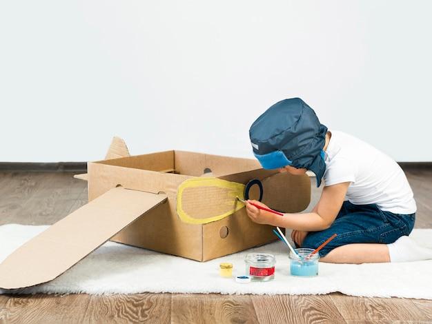 Kid Peinture Bateau En Carton Photo gratuit