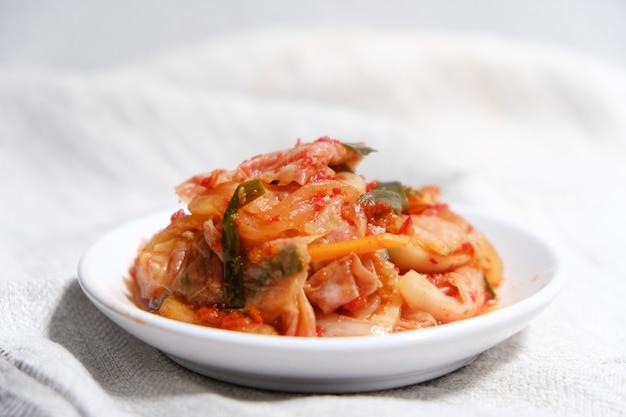 Kimchi Est Placé Dans Une Assiette Blanche Photo Premium