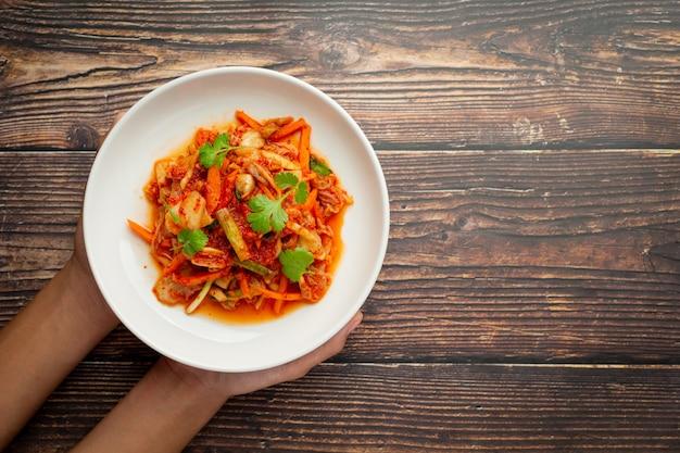 Kimchi Prêt à Manger Dans Une Assiette Blanche Photo gratuit