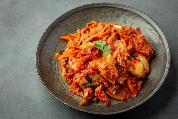 Kimchi Prêt à Manger Dans Une Assiette Noire Photo gratuit
