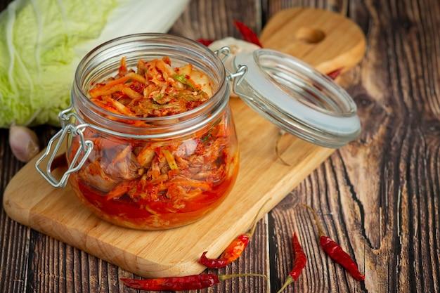 Kimchi Prêt à Manger Dans Un Bocal En Verre Photo gratuit