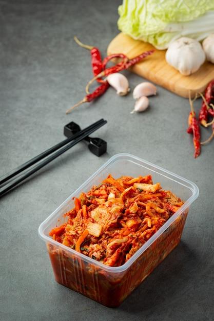 Kimchi Prêt à Manger Dans Une Boîte En Plastique Photo gratuit