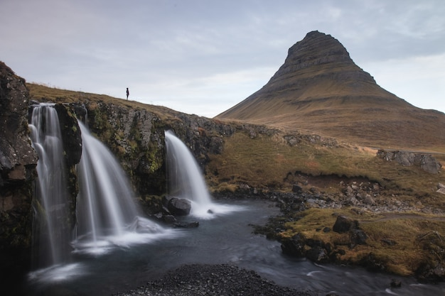 Kirkjufell Mountain Près Du Parc National De Snaefellsjokull, Région Occidentale, Islande Photo gratuit