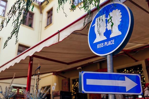 Kiss Place Sign In Lviv Outdoor Cafe. Embrasser L'image Du Couple Et La Flèche. Voyages Et Tourisme, Lieux D'intérêt Photo Premium