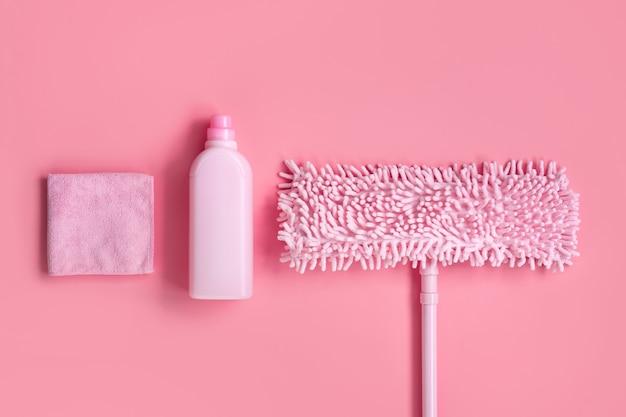 Kit de nettoyage dans la maison rose sur rose Photo Premium