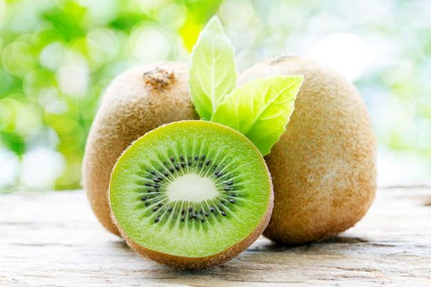 Kiwi en fond naturel Photo Premium