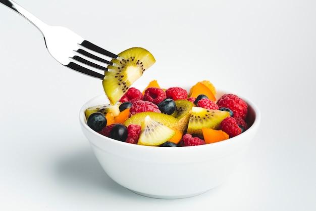 Kiwi gros plan, fourchette, bol, fruit Photo gratuit
