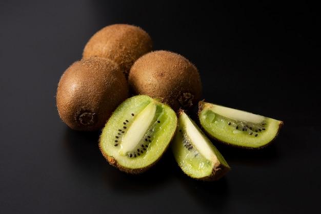 Kiwi isolé sur fond noir, kiwi frais. Photo Premium