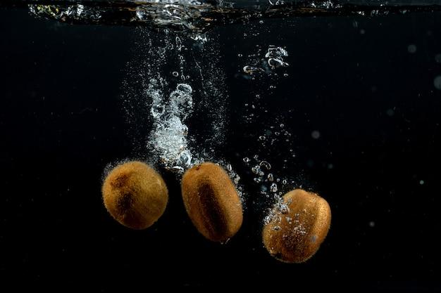 Kiwis frais dans l'eau Photo gratuit