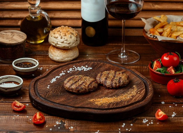 Kofte Frit Sur Planche De Bois Photo gratuit