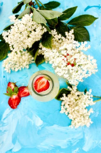 Kombucha à la fleur de sureau et à la fraise sur fond bleu. . Photo Premium