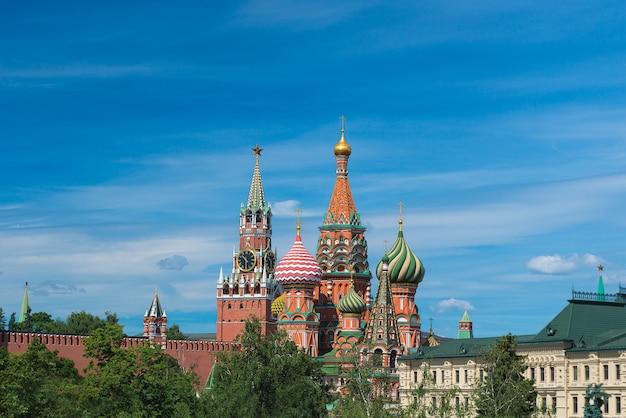 Kremlin et la cathédrale saint-basile à moscou, en russie. thème du tourisme. Photo Premium