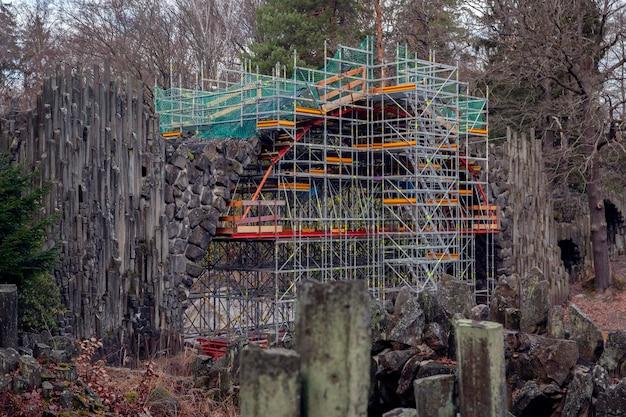 Kromlau / Allemagne - Janvier 2020: Rénovation De Rakotzbrücke Et De La Grotte Du Rhododendronpark Kromlau. Photo Premium