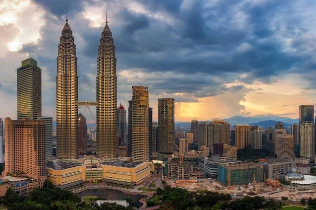 Kuala lumpur, horizon de la ville de malaisie avant la tempête Photo Premium