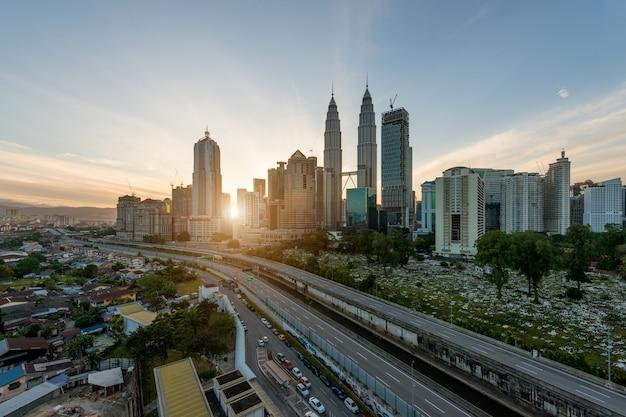 Kuala lumpur skyline et gratte-ciel au matin à kuala lumpur, malaisie. Photo Premium