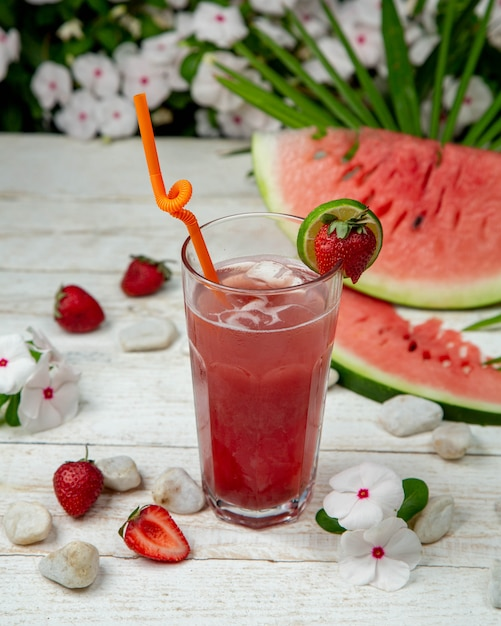Kuice aux fraises melon d'eau froide avec des glaçons et des fruits autour. Photo gratuit