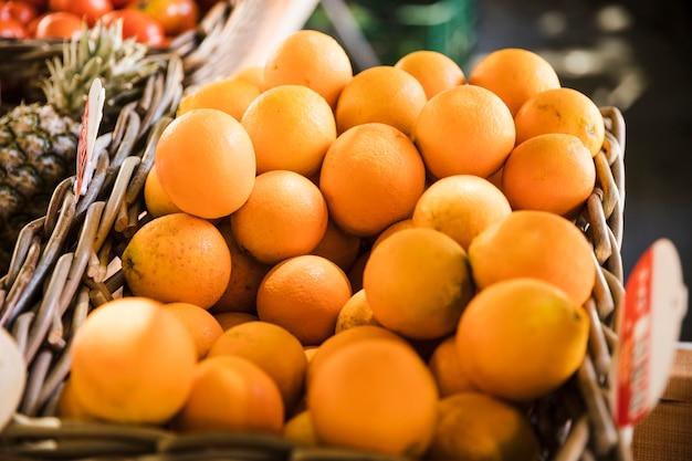 Kumquats juteux dans un panier au marché Photo gratuit