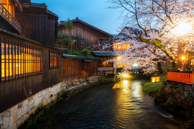 Kyoto, Japon, Au Bord De La Rivière Shirakawa Dans Le District De Gion Au Printemps. Photo Premium