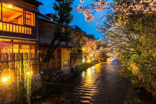 Kyoto, Japon, Au Bord De La Rivière Shirakawa Dans Le District De Gion Au Printemps. Photo Premium