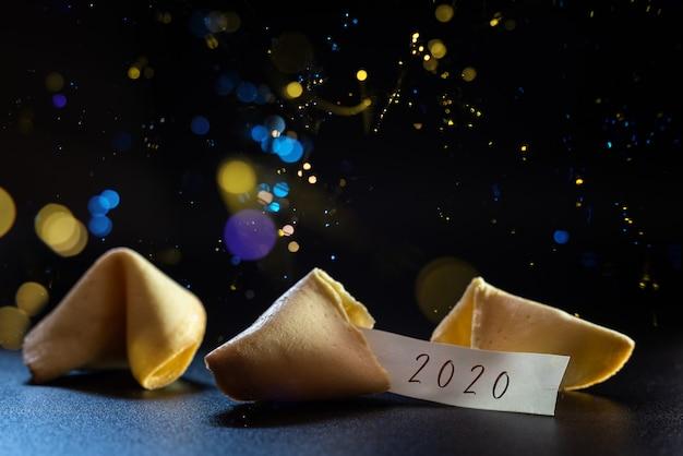 Label félicitant la nouvelle année 2020 pour un biscuit porte-bonheur, idéal pour les cartes de vœux. Photo Premium