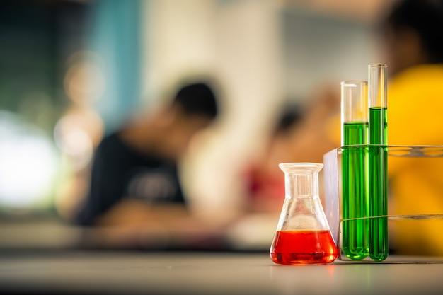 Laboratoire de verrerie sur table sur les étudiants floues apprendre et étudier en laboratoire Photo Premium
