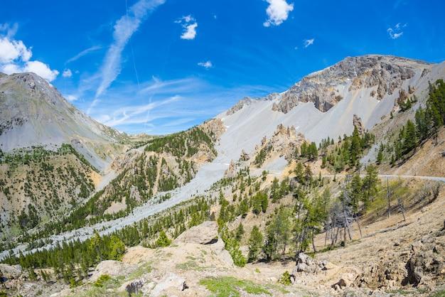 Lac bleu de haute altitude dans un environnement idyllique non contaminé autrefois recouvert de glaciers Photo Premium