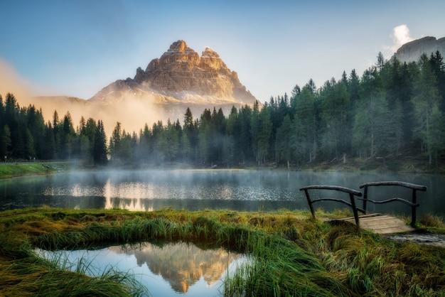 Lac Avec Brume Dans Les Montagnes Photo Premium