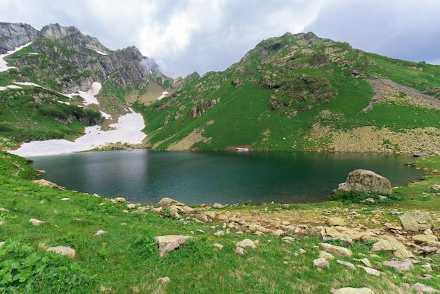 Lac Dans Les Montagnes Photo Premium