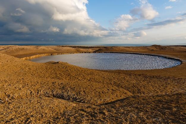 Lac D'eau, Volcans De Boue De Gobustan Près De Bakou, Azerbaïdjan. Photo Premium