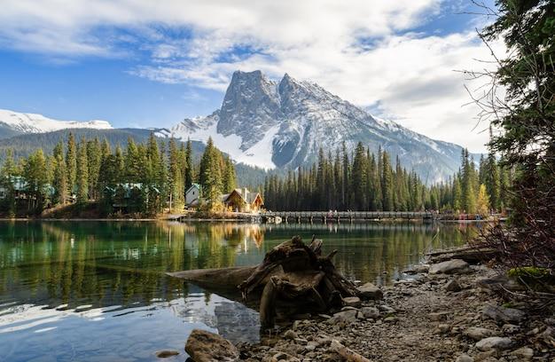 Lac émeraude, dans, yoho parc national, colombie britannique, canada Photo Premium