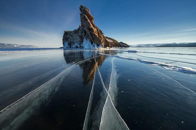 Le lac est recouvert d'une épaisse couche de glace. pierre roche Photo Premium