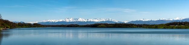Lac Gabas Avec Les Montagnes Des Pyrénées En Arrière-plan Photo Premium