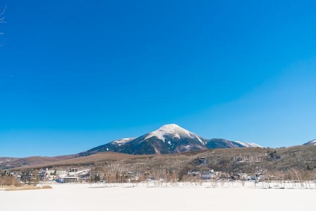 Lac gelé dans le temps d'hiver Photo gratuit
