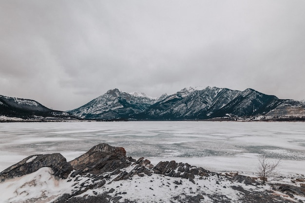 Le Lac Gelé Minnewanka à Alberta, Canada Photo Premium