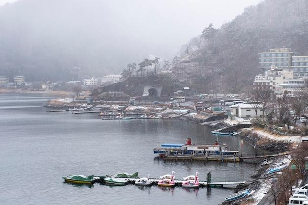 Lac kawaguchiko en saison de neige, japon Photo gratuit