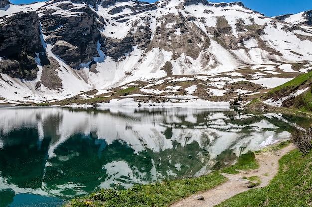 Lac Lac Lioson En Suisse Entouré De Montagnes Et De Neige Photo gratuit