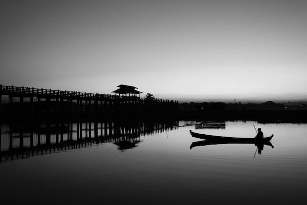 Lac de mandalay en monochrome Photo gratuit