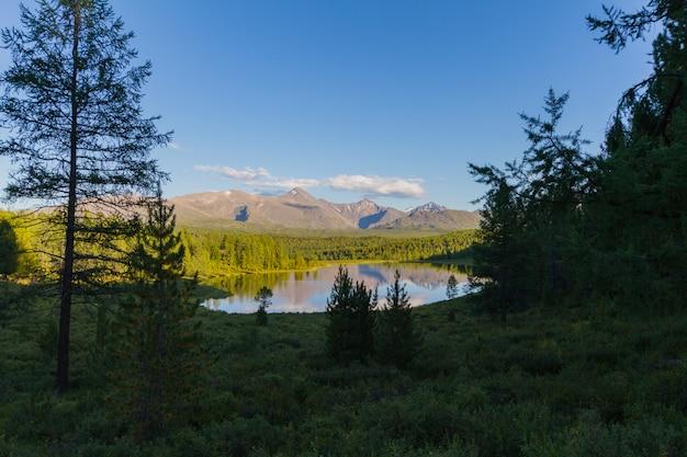 Le lac pittoresque dans les montagnes Photo Premium